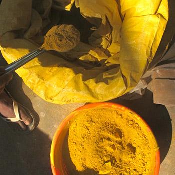 Measuring pigment – Workshop, Ali Bagh, Western India