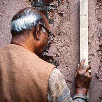 Making 'Daans', process of levelling layer of mortar – Studio, Gujerat, Western India