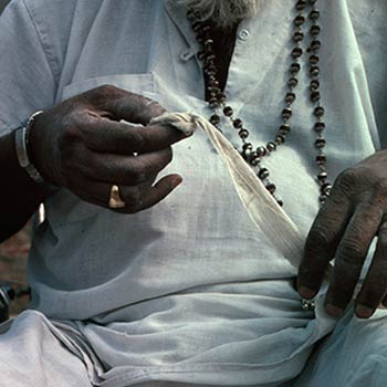 Gyarsilal varma holding Muslin used for straining Colour – Jhotwada, jaipur, Western India