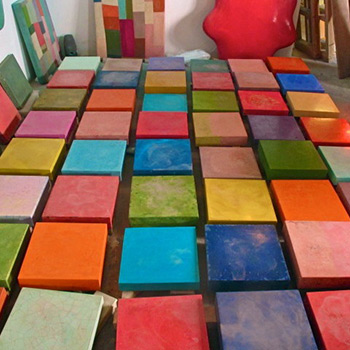 Assembling blocks for coloured concrete wall
