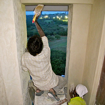 Applying and soaking third layer of Rough Ivory coloured Araash as final wall finish – Gurgaon, New Delhi